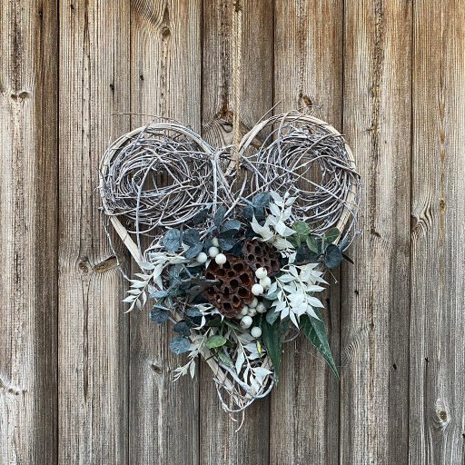 Spiral Willow Heart – Lotus & White Ruscus